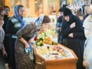 Можно ли целовать покойника на похоронах в лоб и причины традиции