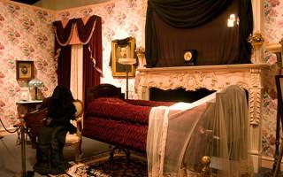 Почему завешивают зеркала, если в доме находится умерший