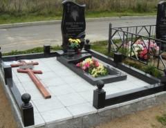 Когда можно устанавливать памятник на могилу: до года или позже