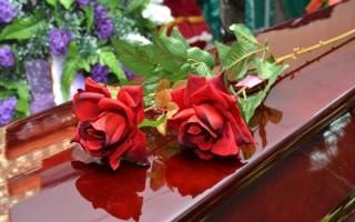 Какие цветы приносят на похороны пожилой женщине