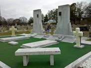 Методы оформления могилы с искусственной травой: нужно ли ухаживать за газоном