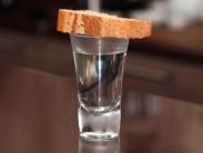 Почему на поминальный стол ставят рюмка с водкой и хлебом
