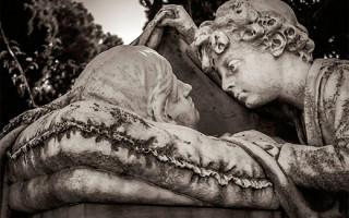 Необычные и эксклюзивные памятники на могилах: особенности и варианты выбора