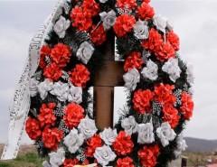 Венки для возложения на могилу: какие бывают и особенности выбора