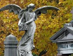 Статуи в виде ангелов как способ украшения надгробий: как выбрать