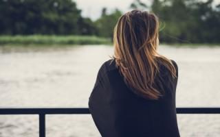 Как почтить память умершей сестры: примеры стихов