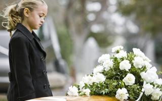 Нужно ли брать ребенка с собой на похороны: мнение психолога и священника