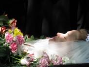 Похороны незамужней девушки в свадебном платье: значение традиции