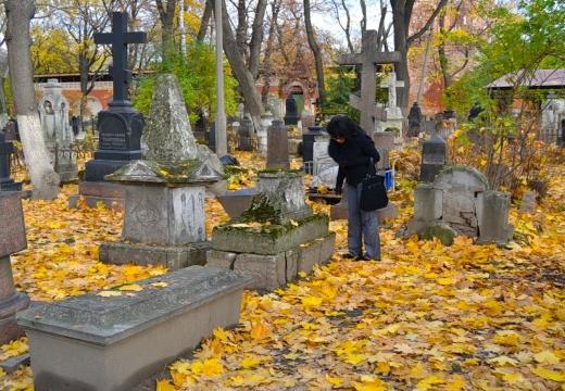 Женщина ухаживает за могилой
