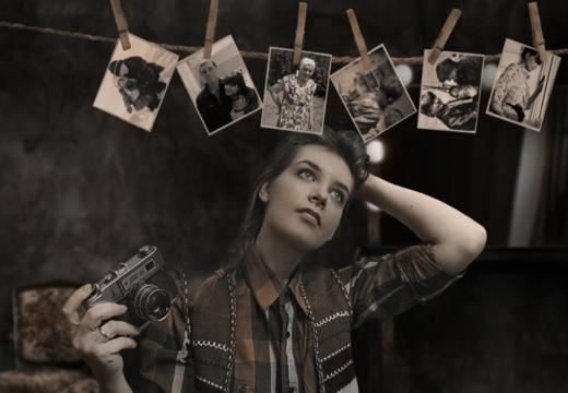 Девушка с фотографиями