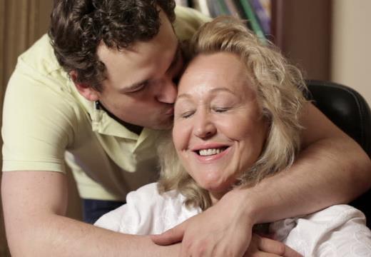 Сын обнимает мать