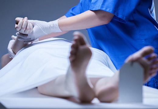 тело в морге, рядом врач