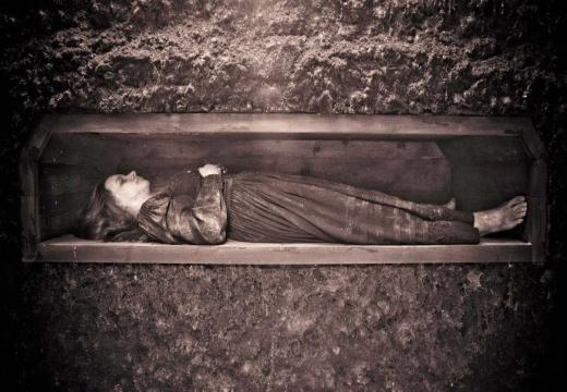 гроб с девушкой под землей