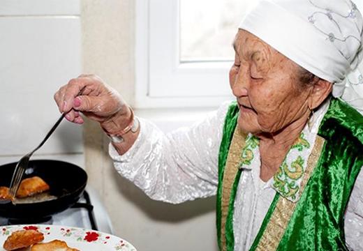 старушка готовит еду