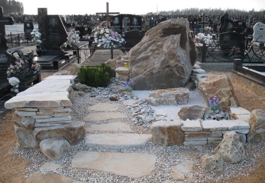 Оформление надгробия камнем