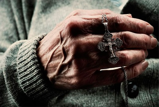 нательный крестик в руке