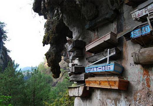 гробы прикреплены к скале