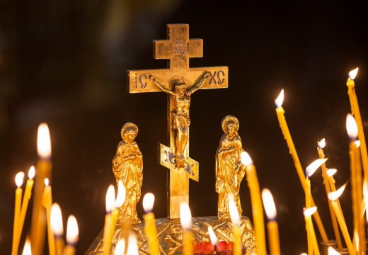 Свечи перед распятием