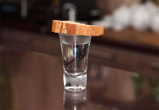хлеб на рюмке