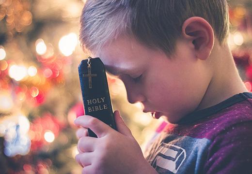 ребенок с библией