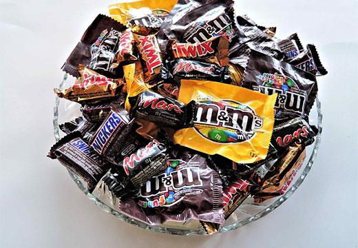 конфеты в тарелке