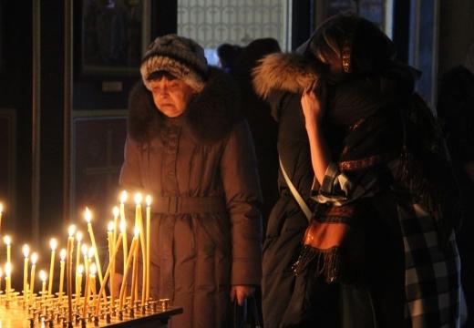 женщины плачут в церкви