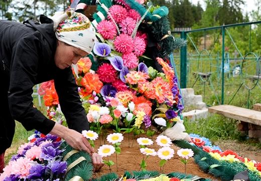 ставить цветы на могилу