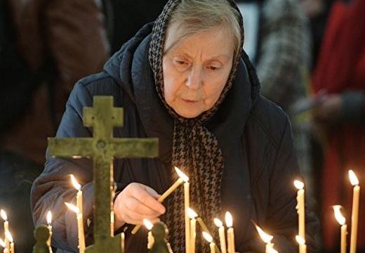 женщина зажигает свечу
