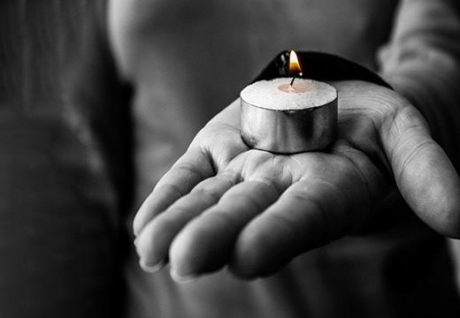свеча на ладони