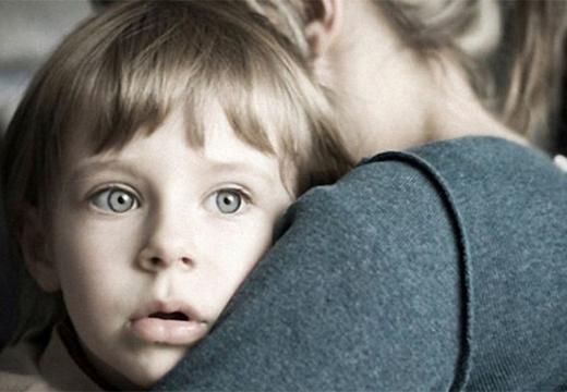 девушка обнимает ребенка