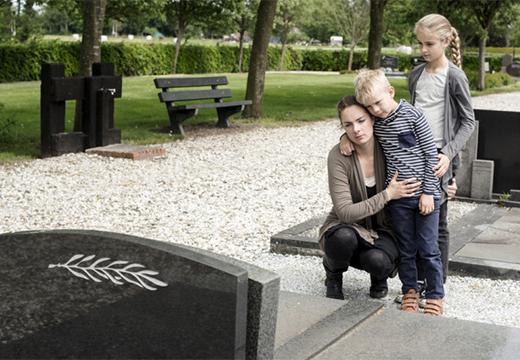женщина с детьми на кладбище