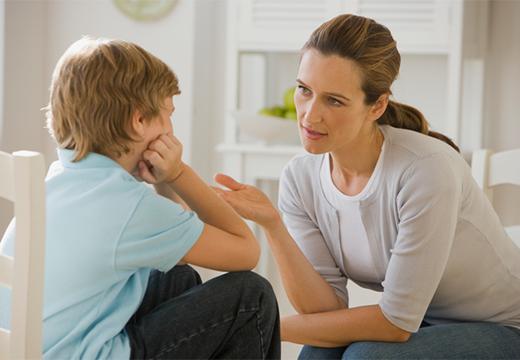 женщина разговаривает с ребенком