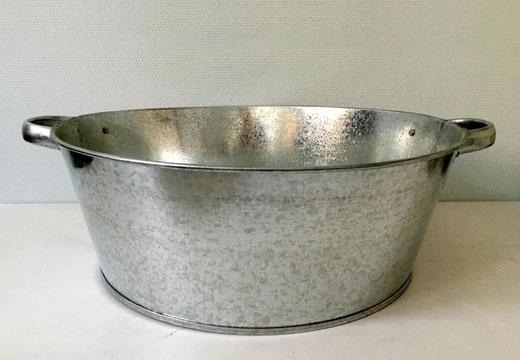 тазик с водой для обмывания