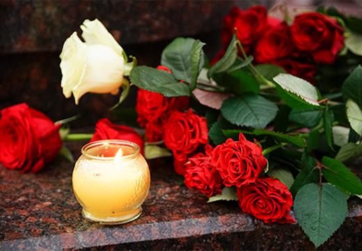 траурный букет и свеча
