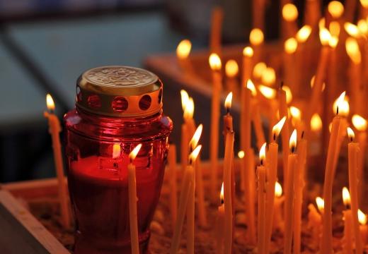 лампадка свечи в церкви
