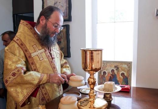 священник и просфора