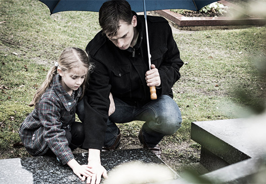 мужчина с девочкой у могилы
