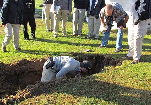мужчина копает яму