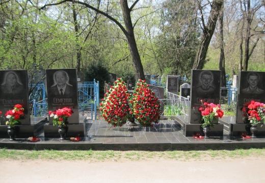 Памятник и цветы на могиле