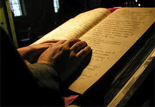 руки на книге