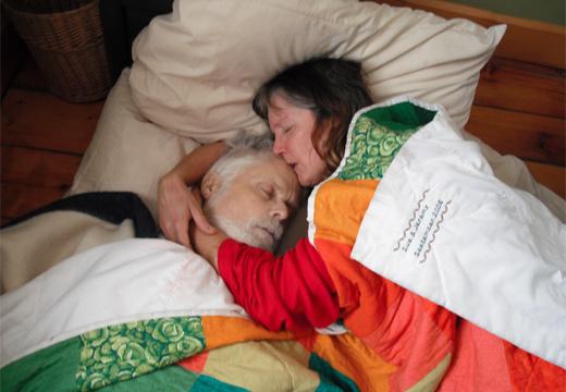 женщина обнимает покойного