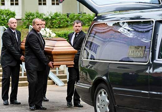 несут гроб в машину