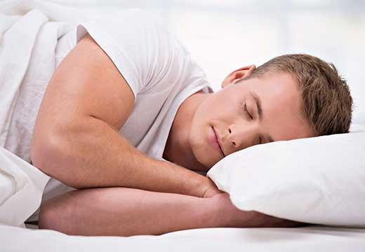 парень спит