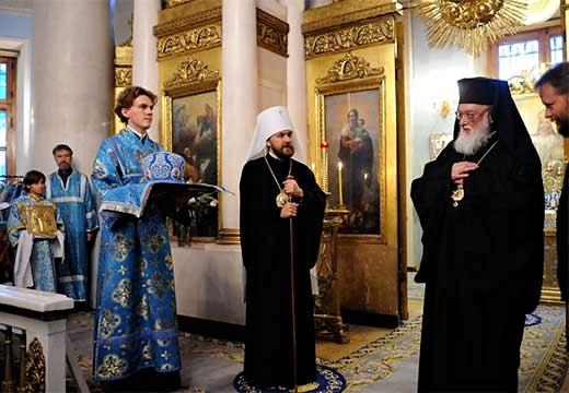 священники в храме