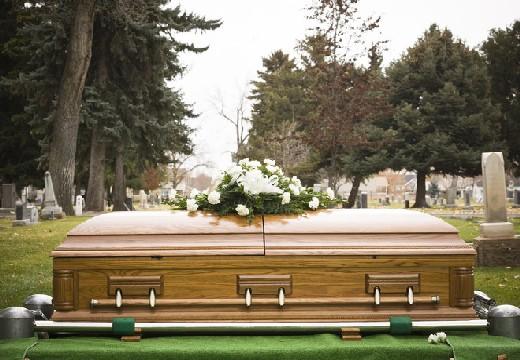 цветы на крышке гроба