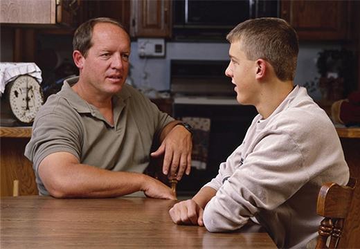 мужчина разговаривает с сыном