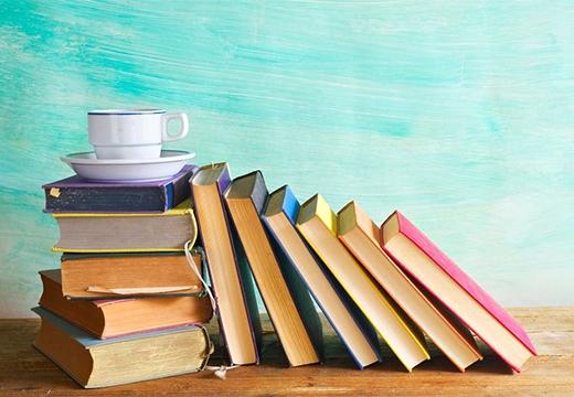книги и чашка