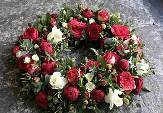 венок с красными цветами