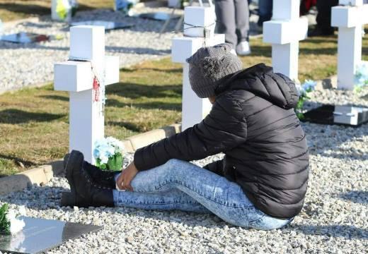 Девушка на могиле