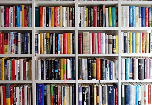 книги на полках
